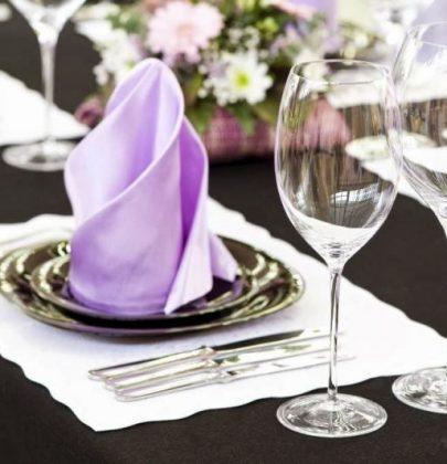 Feestdagen   Tafeldekken en servetten vouwen volgens de etiquette