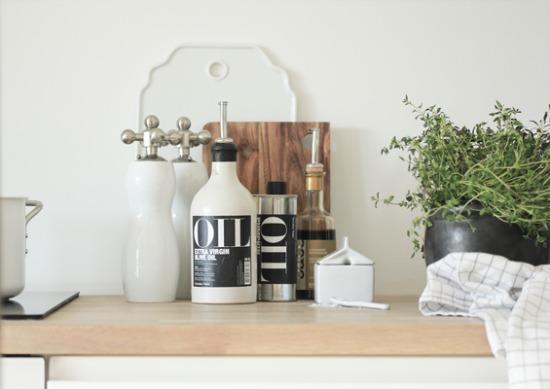 Interieur keuken styling met snijplanken stijlvol styling woonblog - Houten interieurdecoratie ...