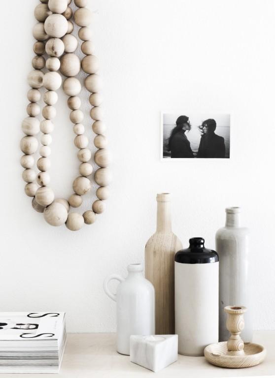 Interieur decoratie met de houten kralen ketting stijlvol styling woonblog - Houten interieurdecoratie ...