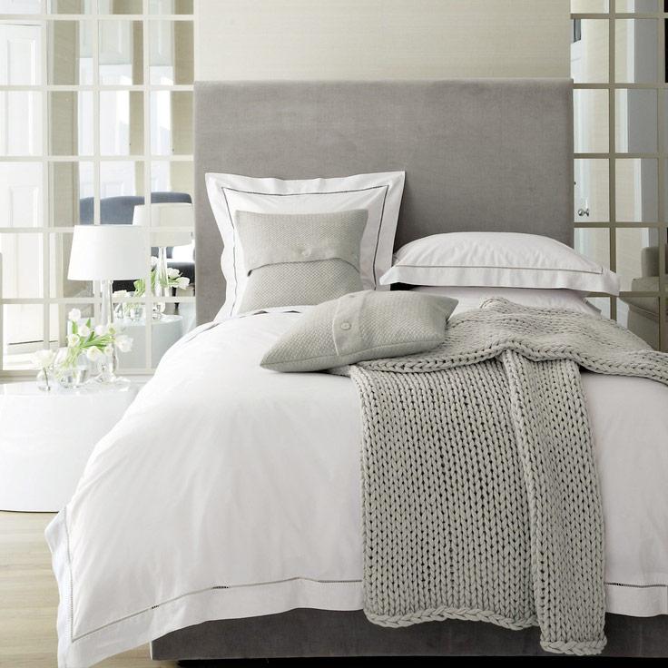 interieur 10x opgemaakt bed met gedrapeerde dekens