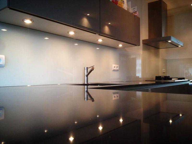 Achtergrond Witte Keuken : Interieur Keukenglas geeft je keuken een ...