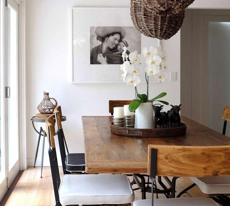 Binnenkijken interieur in zwart wit en hout stijlvol for Interieur zwart wit