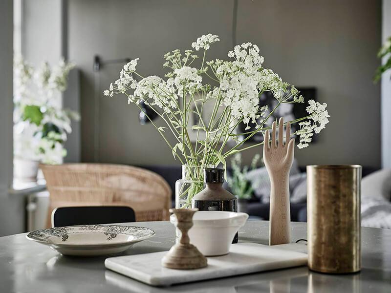 Binnenkijken sfeervol interieur in grijs groen en wit stijlvol styling woonblog - Deco interieur wit ...