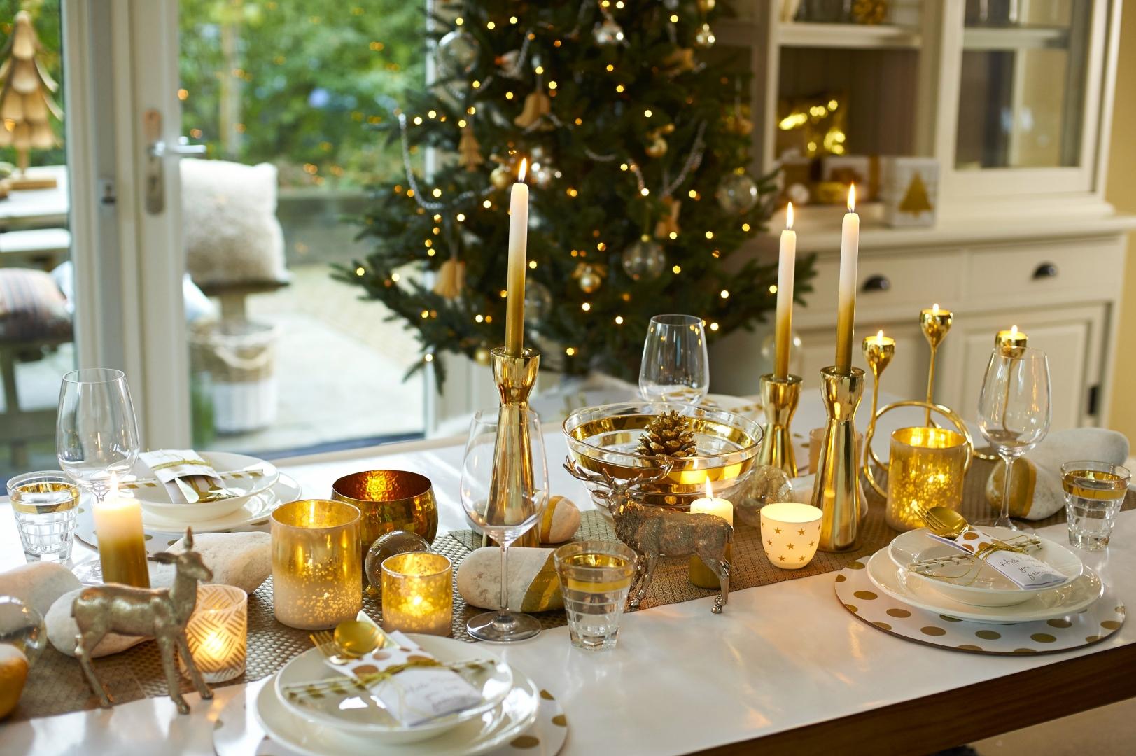 Feestdagen kersttrends feestelijke tafel in goud wit for Versiering goud