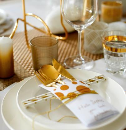 Feestdagen   Kersttrends – Feestelijke tafel in goud & wit