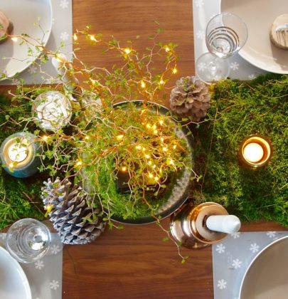 Feestdagen   Natuurlijke feest- of kersttafel decoratie met mos